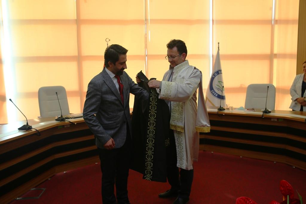 Rektörümüz, Doçentlik Unvanı Alan Çağdaş Ertaş'a Cübbesini Giydirdi...